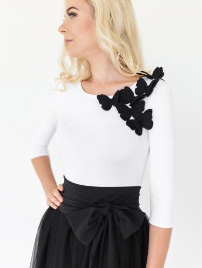 Baltas su juodais ant peciu